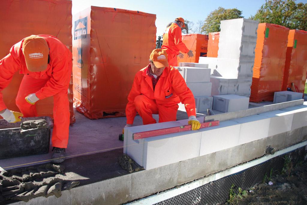 termalica pierwsza warstwa muru z betonu komórkowego